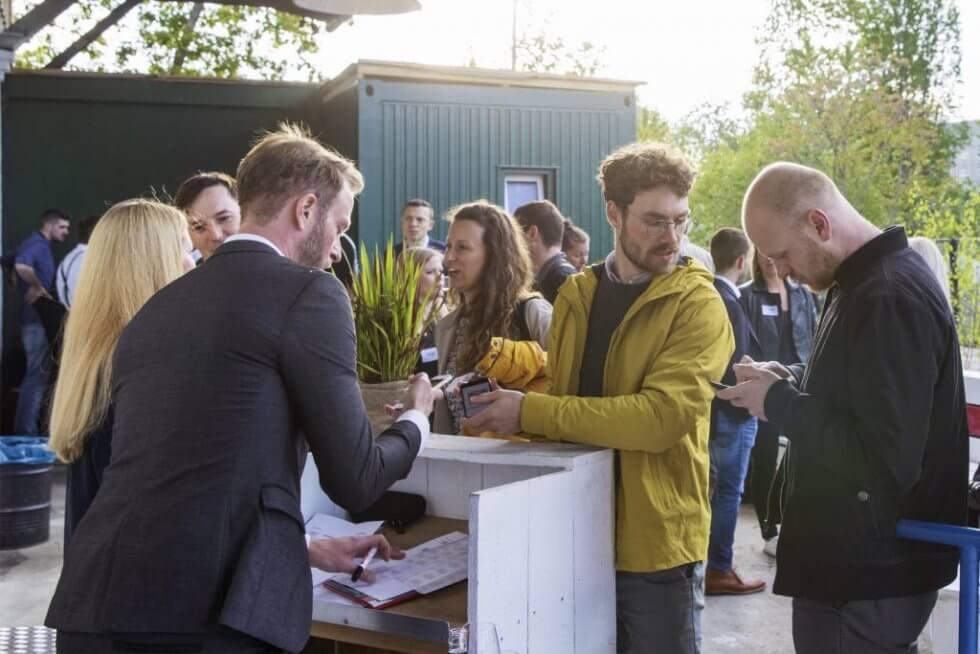 Sebastian Hilck empfängt die Gäste beim 5. Geburtstag von Freelance Partner