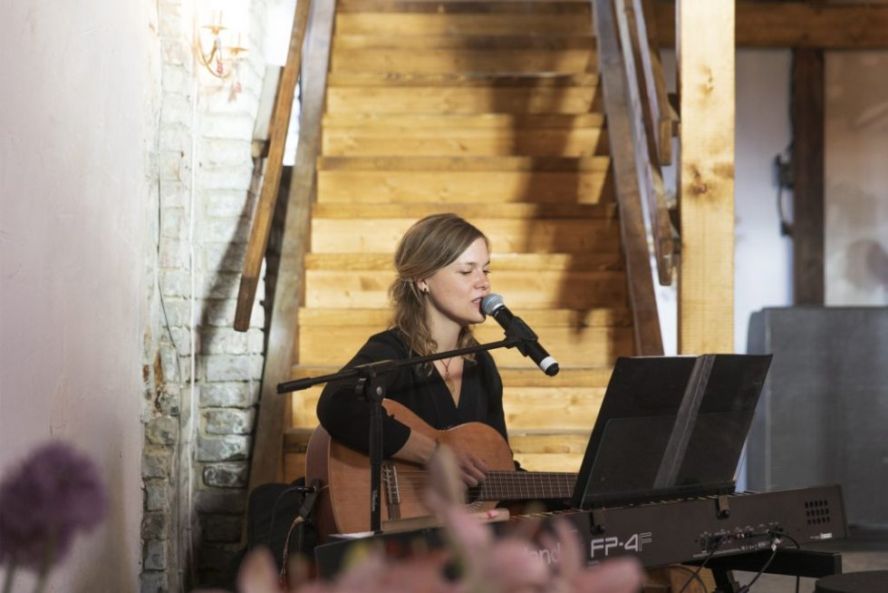 Frau mit Gitarre sorgt für musikalische Begleitung beim 5. Freelance Partner Geburtstag