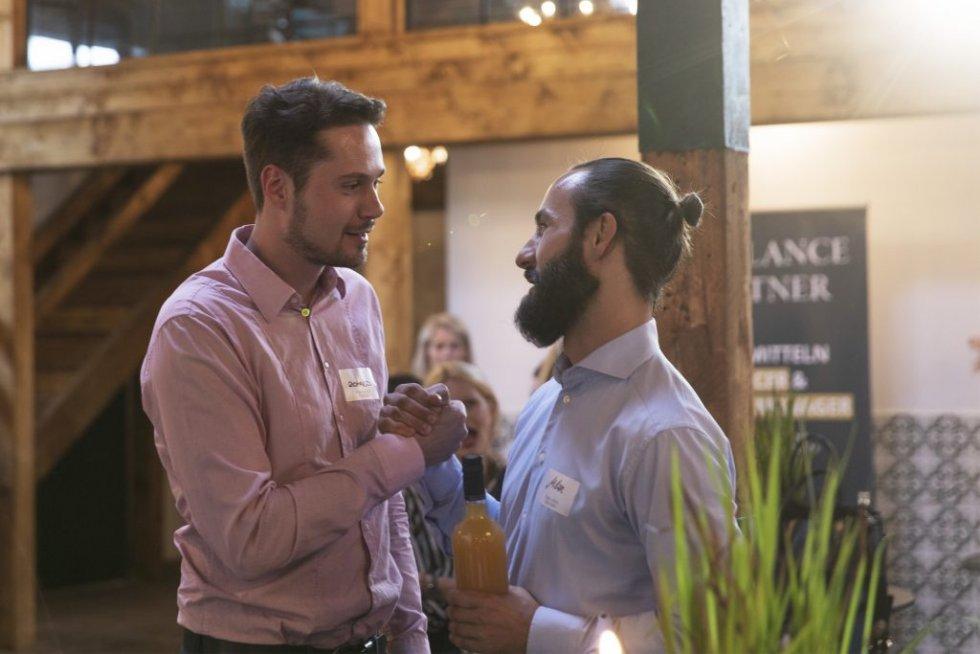 Milan Uhe begrüßt Gast beim beim 5. Freelance Partner Geburtstag