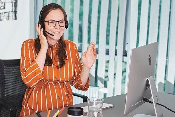 Freiberufliche Assistenz telefoniert am Schreibtisch