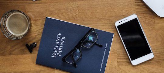 Freelance Partner Booklet auf den Tisch für Notizen zur Zusammenarbeit mit Joblinge