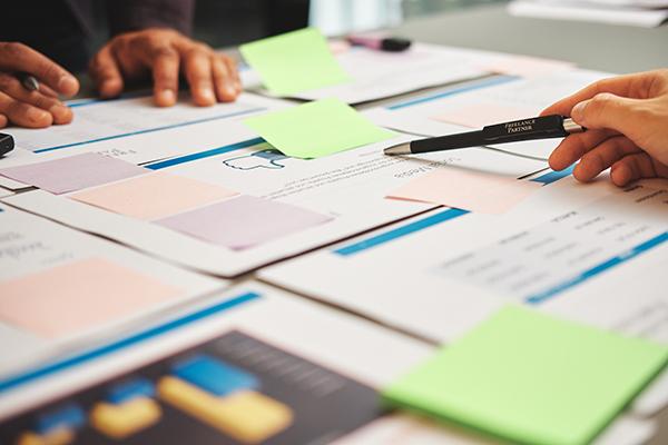 Unterlagen auf Tisch zum Brainstormen für Sonderprojekt