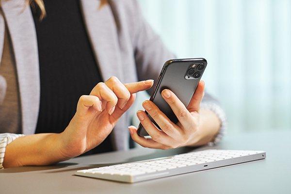 Hand wählt Nummer auf Telefon für Freelancer Projektanfrage