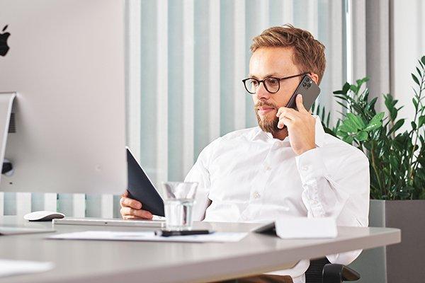 Mann am Telefon holt Referenzen für die Vermittlung in Freelancer Projekte ein