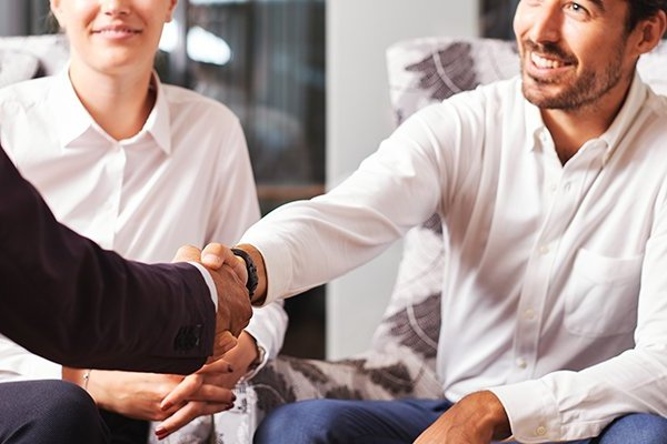 Handschlag zwischen Personal Freelancer und Projektanbieter